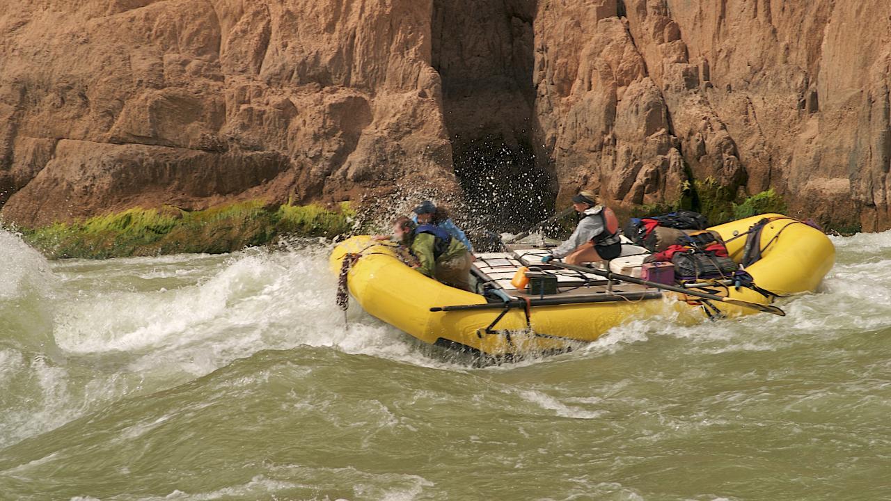 그랜드 캐니언을 휘돌아 감는 콜로라도 강에서 경험해보는 급류 래프팅
