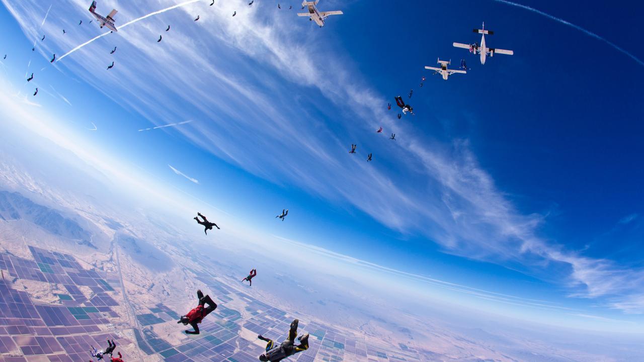 애리조나 주 하늘에서 비행기에서 뛰어내리는 스카이다이버들