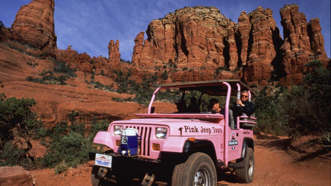 분홍색 지프를 타고 누비는 세도나의 암벽 지대