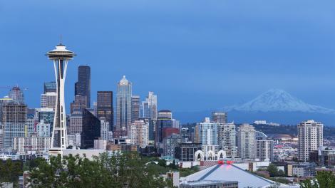 워싱턴주 시애틀에 있는 스페이스 니들과 레이니어산