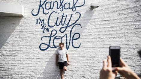 미주리주 캔자스시티의 벽화 앞에서 포즈 취하기