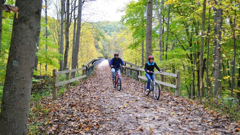 그레이트 앨러게니 패시지의 아름다운 풍경 속에서 자전거를 즐기는 사람들