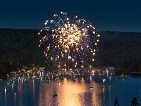 미국 독립기념일을 기리며 배스 호를 수놓는 불꽃놀이