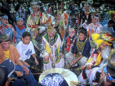 블랙힐스 파우와우의 각종 대회에서 대평야의 원주민 노래와 춤 기리기