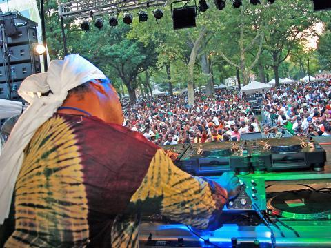 링컨 파크 뮤직 페스티벌의 댄스 데이에 DJ의 음악에 맞춰 흥이 난 관중