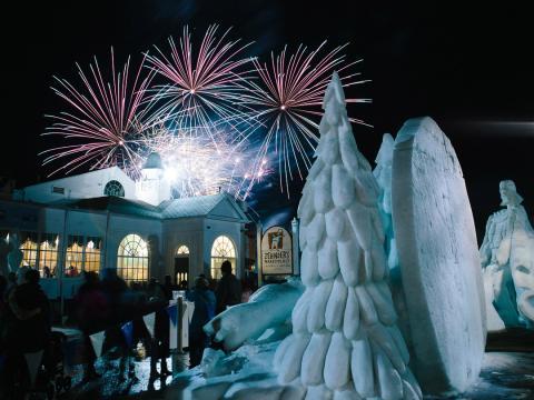 눈꽃 축제의 조각과 불꽃놀이