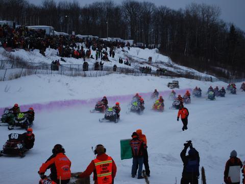 매년 개최되는 I-500 스노모빌 레이스에서 눈밭을 가르고 있는 선수들