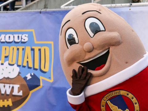 보이시에서 열리는 페이머스 아이다호 포테이토 볼 대학 미식축구 경기의 마스코트