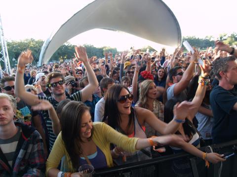 부두 페스트에서 음악에 열광하는 청중