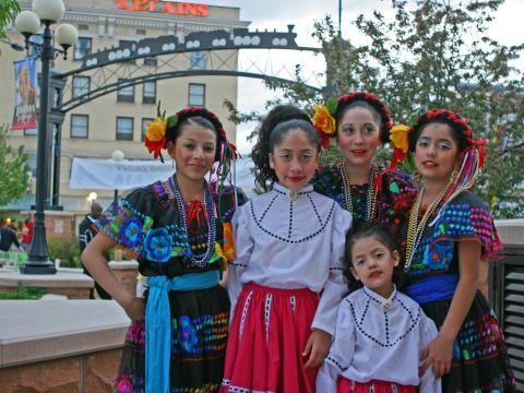 샤이엔의 히스패닉 축제에서 전통 의상을 입은 댄서들