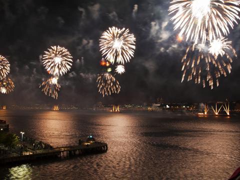 밤을 환히 밝히는 메이시스 7월 4일 불꽃놀이