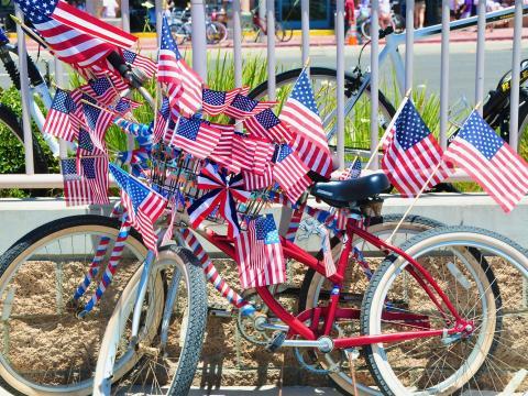 독립기념일 기념 행사에 등장한 애국심을 북돋우는 자전거