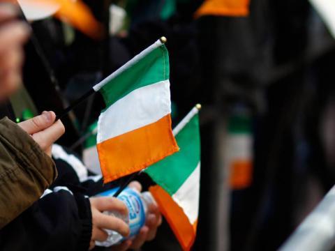 뉴욕 시 성 패트릭의 날 축제에 참가하여 아일랜드 국기를 흔드는 사람들