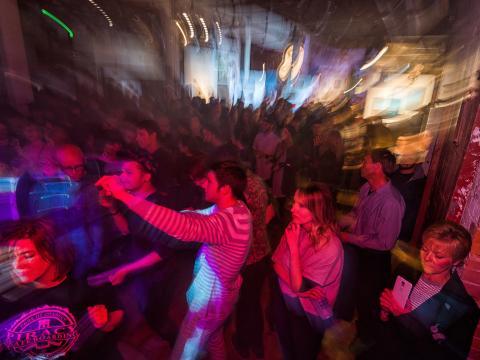 터레인에서 현지 예술, 음악 등을 즐기는 축제의 밤