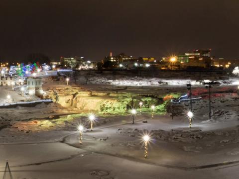 폴스 공원을 환히 밝히는 크리스마스 불빛