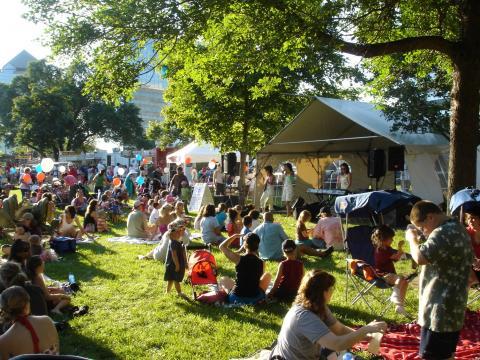 음악과 피크닉을 즐기는 여름 축제