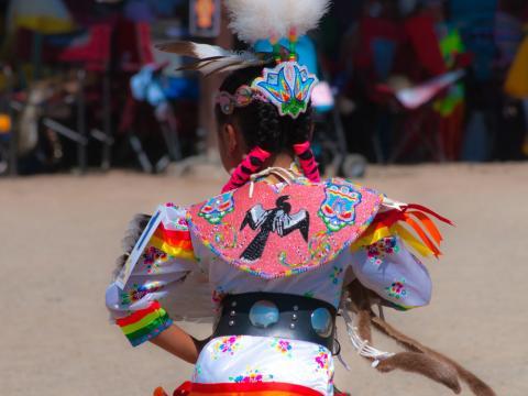 유트 마운틴 베어 댄스 축제에 참가한 댄서