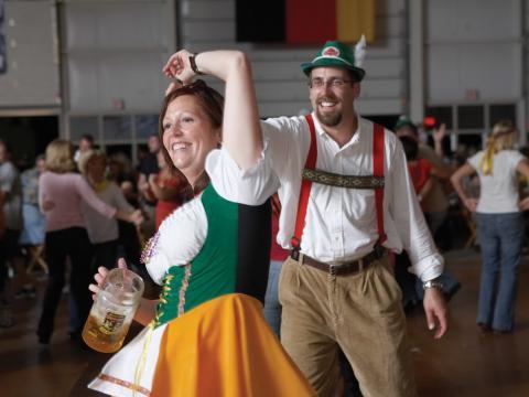 옥토버페스트에서 독일 전통의상을 입고 춤추는 사람들