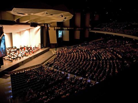 필라델피아 오케스트라가 무대에 몰입한 청중들에게 연주를 선보이다