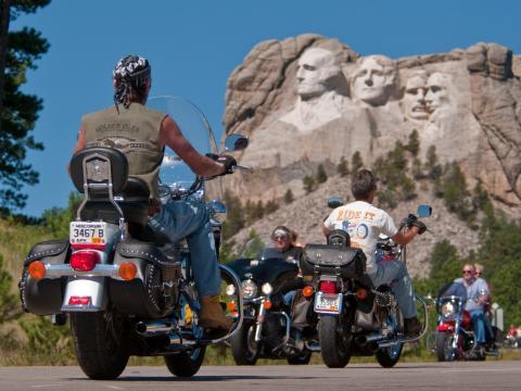 스터지스 모터사이클 랠리 중인 선수들을 내려다보는 미국 대통령의 대형 얼굴 조각