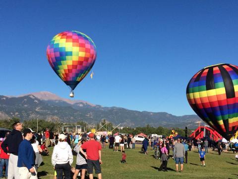 콜로라도 스프링스 노동절 비행 행사에서 하늘로 날아오르는 열기구들