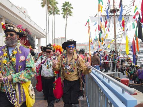탬파의 연례 가스파릴라 해적 축제에서 거리를 누비는 해적들