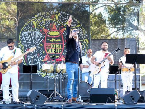 탬파의 콩가 칼리엔테 축제 중 라틴 음악 라이브 공연