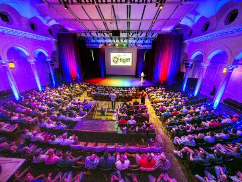 탬파 국제 게이 + 레즈비언 영화제에서 상영을 기다리는 모습
