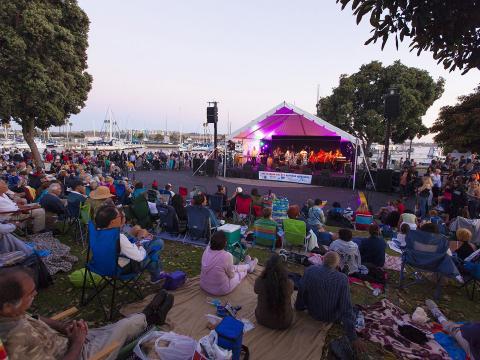 마리나 딜 레이의 서머 콘서트 시리즈에서 라이브 밴드 공연을 듣고 있는 관객들