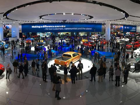 디트로이트에서 열리는 북미 국제 모터 쇼에서 전시품 둘러보기