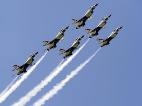 미네소타주 덜루스 에어쇼에서 하늘 위로 날아가는 비행기