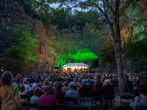 앨라배마주 헌츠빌의 스리 케이브 콘서트 시리즈에서 펼쳐지는 동굴 안 라이브 음악 공연