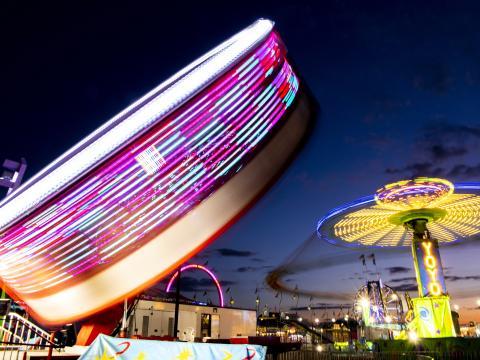 스프링필드의 일리노이주 박람회 행사 중 야간에 운행되는 다양한 놀이기구