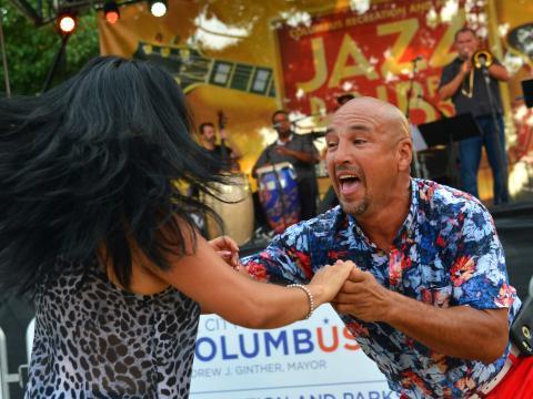 오하이오주 콜럼버스의 재즈 및 립 페스티벌에서 라이브 음악에 맞춰 춤추기