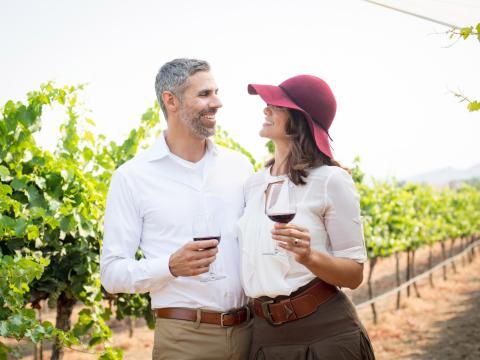 캘리포니아주 테메큘라 밸리의 포도밭에서 와인을 시음하는 커플