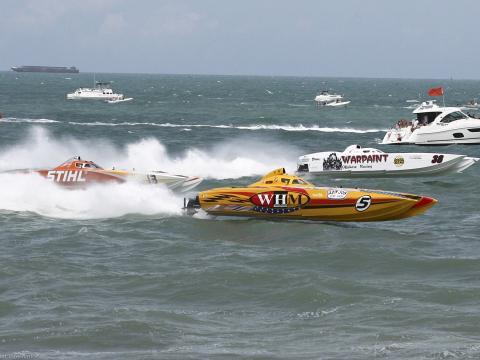 플로리다주의 썬더 온 코코아 비치 동안 대서양에서 경주하는 슈퍼 보트