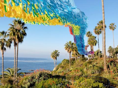 아트 앤 네이처 페스티벌이 열리는 동안 캘리포니아주 라구나 비치에서 볼 수 있는 다채로운 설치 미술품과 해안선 전경