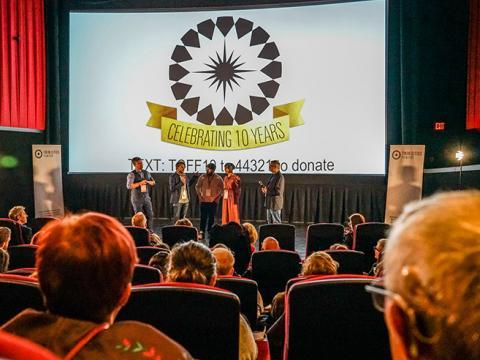 트윈 시티 필름 페스티벌 기간 중 무대에서 진행되는 Q&A 세션
